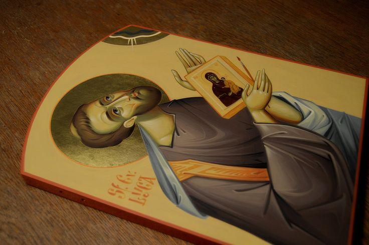 Un scurt clip video in care este prezentata vernisarea unei icoane pictate pe lemn.