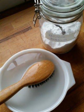 Har din hårborste blivit sunkig och smutsig med damm och fett blandat med rester från stylingprodukter? När man försöker rengöra sin hårbor...
