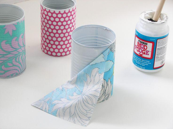 Queridas, boa tarde! Estive em um blog bacana, chamado Darling Adventures , e lá achei esse tutorial para reciclar latas com tecid...