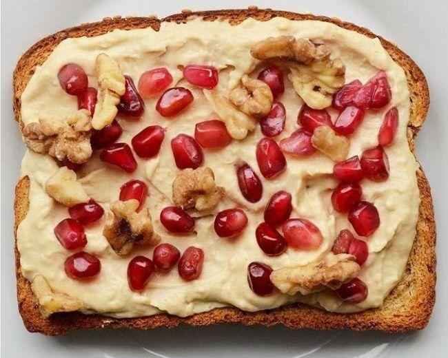 Хумус, рубленые грецкие орехи, семена граната.