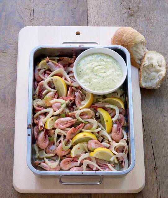 Gamberi con salsa aioli - Aglio, buccia e succo di limone, erbe aromatiche, maionese e senape. Dopo avere frullato gli ingredienti aggiungete sale e pepe e potrete assaggiare la salsa perfetta per i gamberi. - Ingredienti: 1 confezione (500g) di gamberetti ancora nel guscio RÄKOR MED SKAL (surgelati) - 3 spicchi d'aglio - 3 limoni   qualche rametto di aneto -  qualche rametto di basilico - 6 cucchiai di maionese - 1 o 2 cucchiai di senape dolce SENAP MILD - 2 finocchi - vino bianco…
