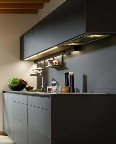 En Clysa te ofrecemos el mejor diseño para tus cocinas de la mano de Santos. ¿Su última propuesta? El modelo LINE Negro seda LAH, muebles de cocina más estilizados, ligeros y elegantes.  ¡Nos encanta!