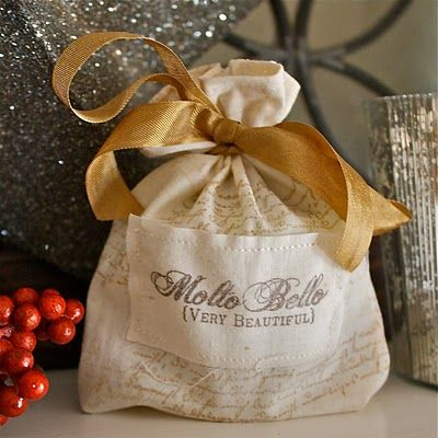 Hand stamped fabric gift bags: Craftgift Wraps, Bags Tutorials, Bags Instructions, Fabrics Bags, Fabrics Gifts Bags, Awesome Tags, Beautiful Tute, Christmas Wraps, Small Bags