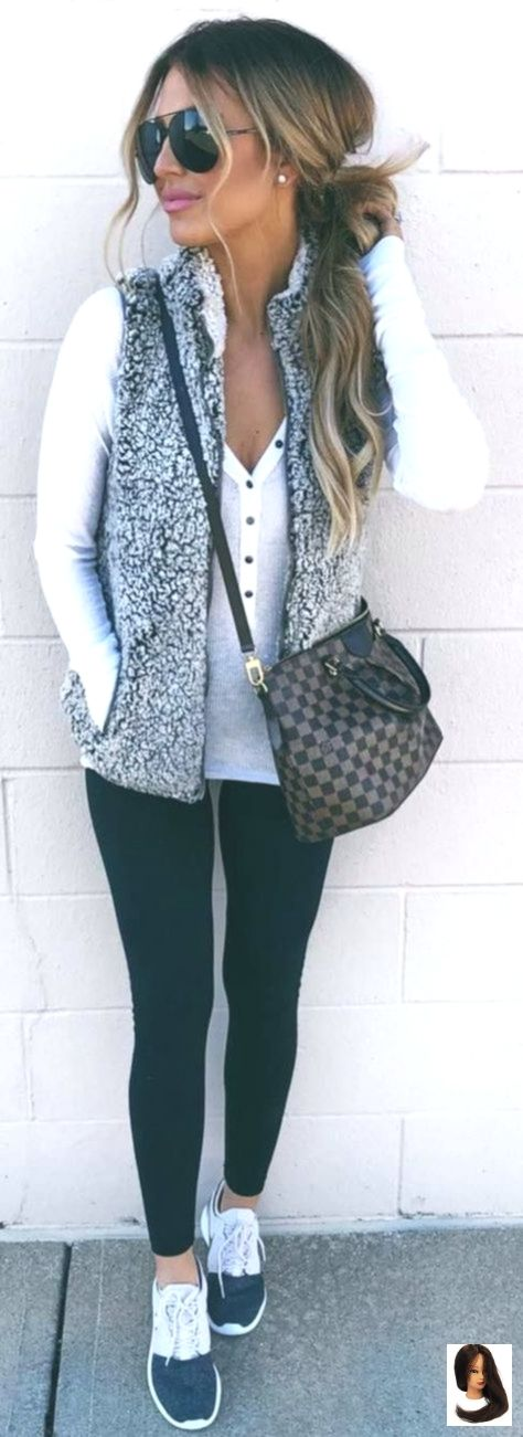 #winter #outfits weißes top, weste, leggings, turnschuhe