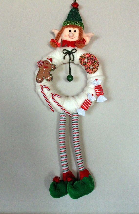 Benvenuti a Sogna a colori!    {Perché vi piacerà}    Simpatica ghirlanda natalizia che rappresenta un folletto.  Bastoncini di zucchero, caramelle,