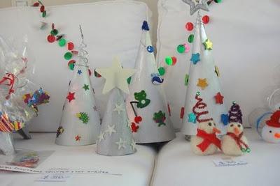 """LACA """"Lo Atamos Con Alambre"""" Arbolitos de navidad de cartón pero imantados."""