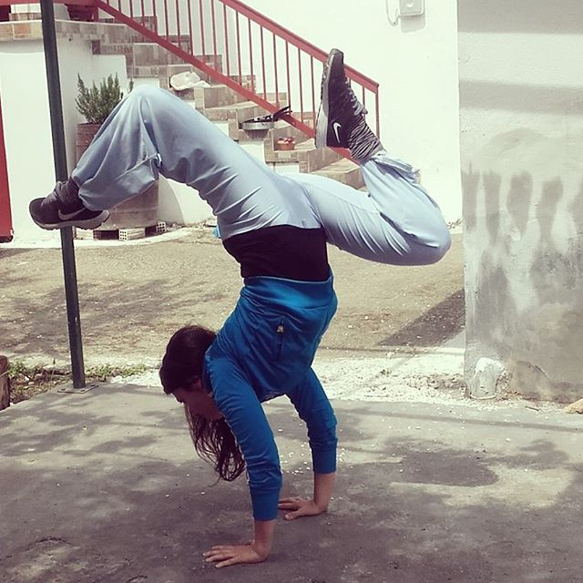 #handstand #handstandnation #yogaeverywhere #yogagreece #yogachallenge #yogaeveryday #yogaeverydamnday #yogasmia #erasmiadimoula #yogaathens #yogaaddict