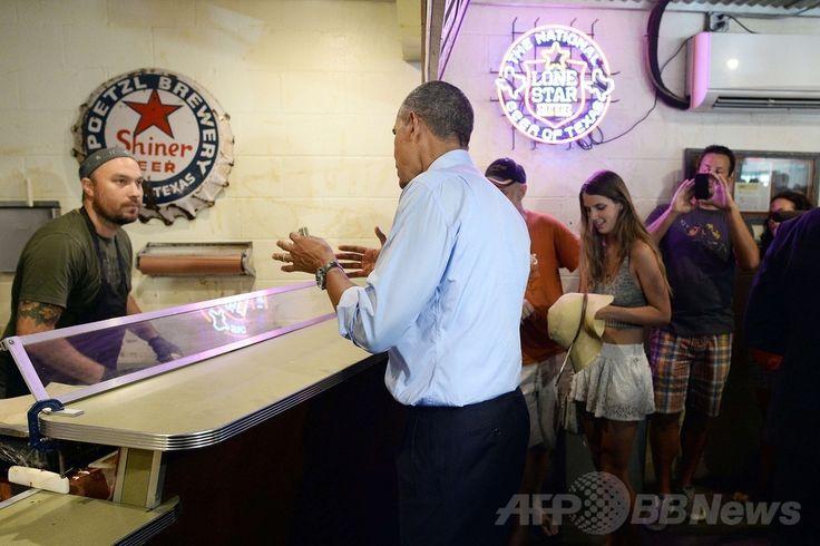 米テキサス(Texas)州オースティン(Austin)にある人気のバーベキュー・レストラン「フランクリン」を訪れ、カウンターで注文するバラク・オバマ(Barack Obama)大統領(2014年7月10日撮影)。(c)AFP/Jewel Samad ▼11Jul2014AFP|オバマ米大統領、行列割り込みで予想外の大出費 http://www.afpbb.com/articles/-/3020306 #Barack_Obama #Franklin_Barbecue_Austin