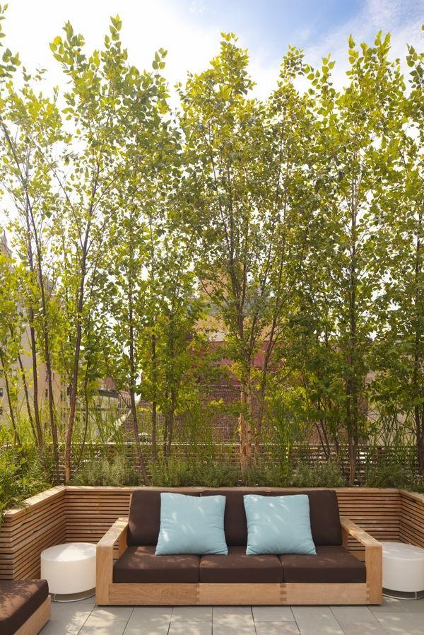 kleiner urbaner garten gestaltung Sitzbank buddha figuren sichtschutz holz Wand