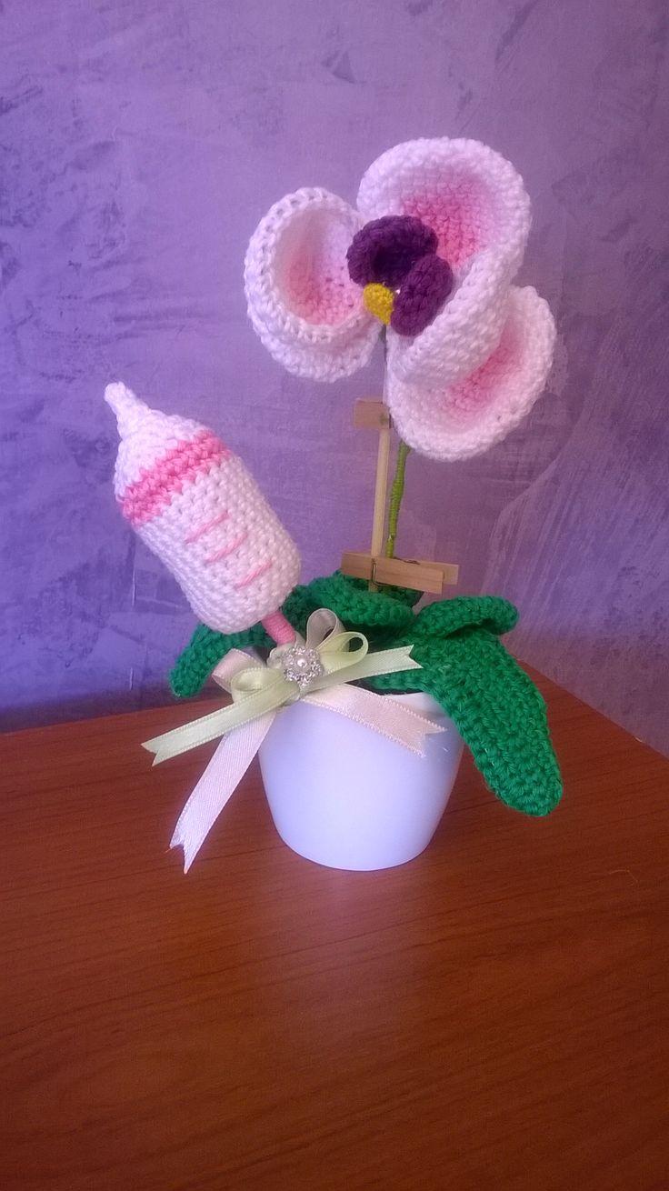 vasetto di orchidee con biberon