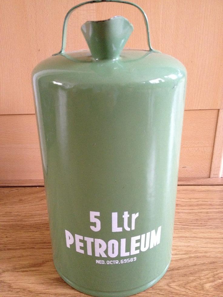 Petroleumkan met petroleum voor de petroleumkachel