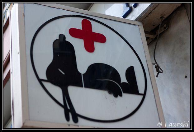miriea: muy gráfico y divertido con snoopi como animal para representar a la veterinaria. (vet sign with Snoopy)