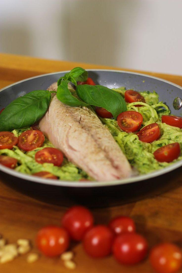"""Het lekkerste recept voor """"Courgetti met pesto en makreel """" vind je bij njam! Ontdek nu meer dan duizenden smakelijke njam!-recepten voor alledaags kookplezier!"""