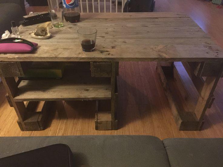 Stuebordet, hvor man kan se hylden.