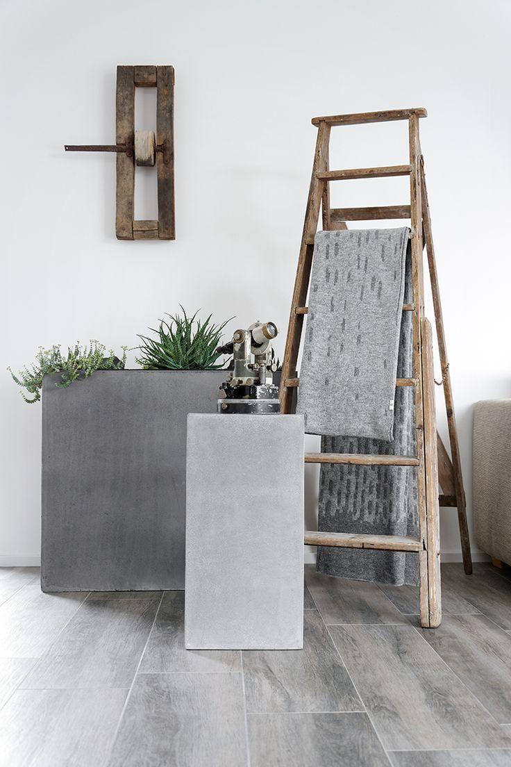 Die dekorative #Holzleiter versprüht in diesem #Wohnzimmer pure Gemütlichkeit Die Dekoleiter ist eine schicke Dekoration und ist angelehnt an die Wand ein platzsparendes Regal für Zeitschriftten, Handtücher, Decken und Schals.