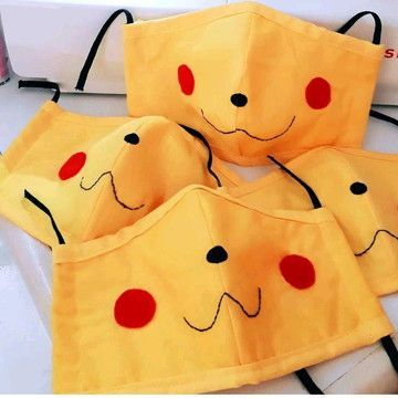 Pikachu Para este diseño solo necesitas un cubrebocas de tela amarillo y agregar con plumón o hilo de color el diseño. Es súper sencillo y rápido. Festa Pokemon Go, Pokemon Party, Easy Face Masks, Diy Face Mask, Halloween Face Mask, Halloween Diy, Pokemon Faces, Pikachu, Sewing Crafts