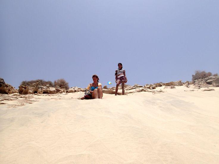 Lust auf einen ganz besonderen #Urlaub ? Dann ab nach #BoaVista ! Von der kleinen Insel Illhèu de Sal Rei, von kristallklaren Wasser umgeben, blickt man hier in Richtung Sal Rei, Dieser Ausflug ist mit schnorcheln oder tauchen verbunden und kann z.B. direkt am Strand des RIU Karamboa gebucht werden. Aber auch wer nur weichen Sand und klares Wasser in besonderer Abgeschiedenheit sucht, der ist hier genau richtig.Die Kapverden sind ganzjährig zum baden geeignet.
