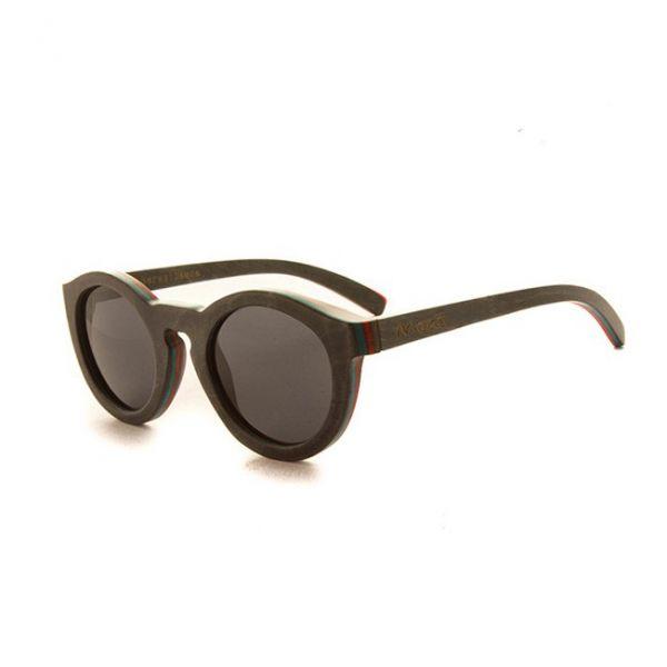 Frente y varillas de color azul grisáceo. Lentes polarizadas grises. Calidad premium, que permite una visión nítida y sin reflejos. Bisagras con Flex que permiten un ajuste más cómodo al poner y quitar la gafa. Incluye funda.