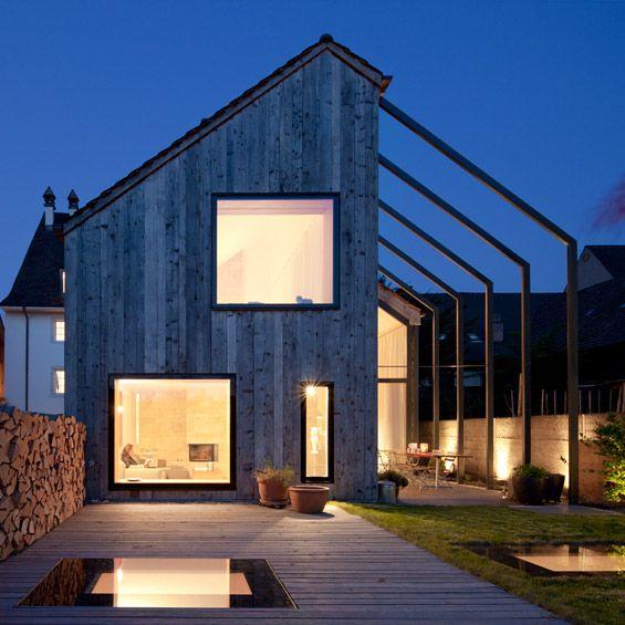 En collaboration avec Huesler Architekten, l'agence suisse Oppenheim Architecture a réalisé la rénovation d'une ancienne ferme au cœur du ce...