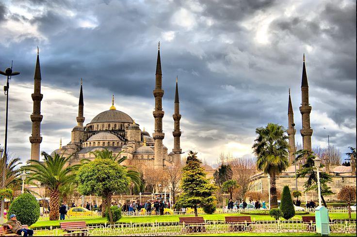 Sultanahmet Meydanı İstanbul'un en önemli meydanlarından biridir. Bizans devrinde Hipodrom, Osmanlı döneminde At Meydanı olarak bilinen Roma sirki de Meydanın içerisindedir. #Maximiles #SultanAhmet #gezirehberi #gezilecekyerler #seyahat #travel #görülmesigerekenyerler #gezilecekyerler #görülecekler #görülmesigerekenler #ziyaret #seyahat #gezirehberi #ünlüyerler #tarihiyerler