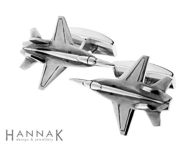 Hornet -kalvosinnapit | Hävittäjälentäjälle lahjaksi tilatut kalvosinnapit, jotkaovat muotoiltu Hornet-hävittäjän mukaisesti. Pintoja ja muotoa on korostettu tekemällä varjostuksia patinoimalla.
