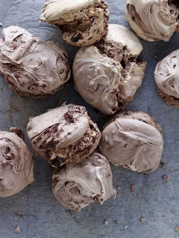 Chokolademarengs med chokoladestykker opskrift