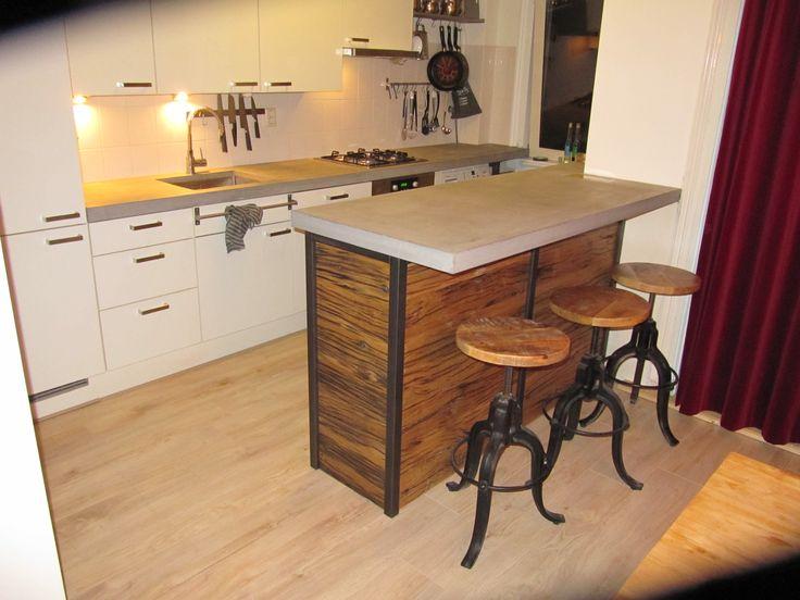 Super trendy combinatie; 6 cm dik betonnen aanrechtblad en barblad, op een bar met stalen frame en antiek eiken wagondelen.