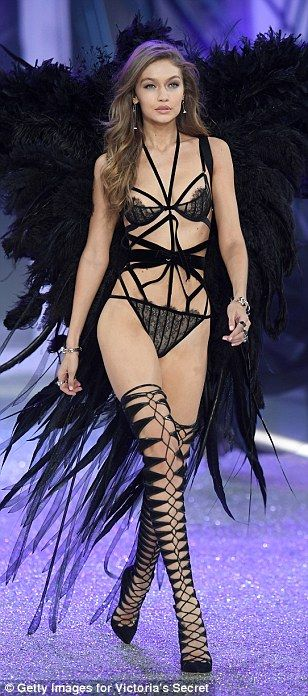 de Victoria Secret Fashion Show ve Gigi y Bella Hadid en la pasarela de París
