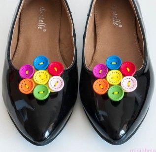 Cena 32 zł Ręcznie wykonane klipsy do butów z kolorowych guzików.  Klips to magiczna ozdoba , która sprawi że najzwyklejsze buty staną się niebanalne i niepowtarzalne. Przypinaj je do balerinek, szpilek lub torebki czy koszuli.... Ich zastosowanie zależy jedynie od naszej wyobraźni.  Ozdoby mocowane są na specjalnie zaprojektowanym klipsie do obuwia, który  jest bezpieczny dla stopy i buta.   Ozdoba 4,5 cm  Materiały: Klips, filc, guziki