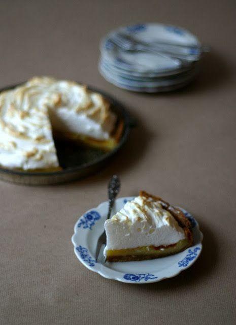 De citroen meringue taart is een van mijn lievelingstaarten. De citroen meringue taart is makkelijk te maken, met zelfgemaakte lemon curd. Ook de meringue is zo gemaakt.