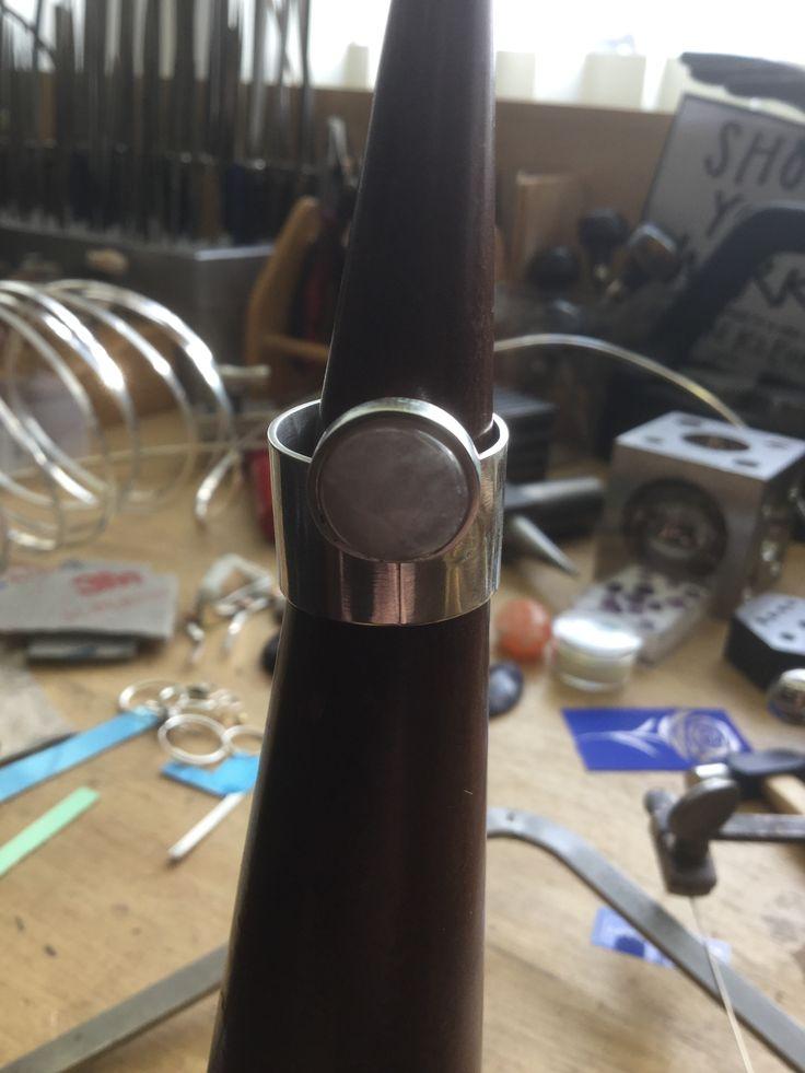 Ring zilver en rozekwarts, Sharon Dielemans gemaakt tijdens de cursus edelsmeden bij Monique Peters