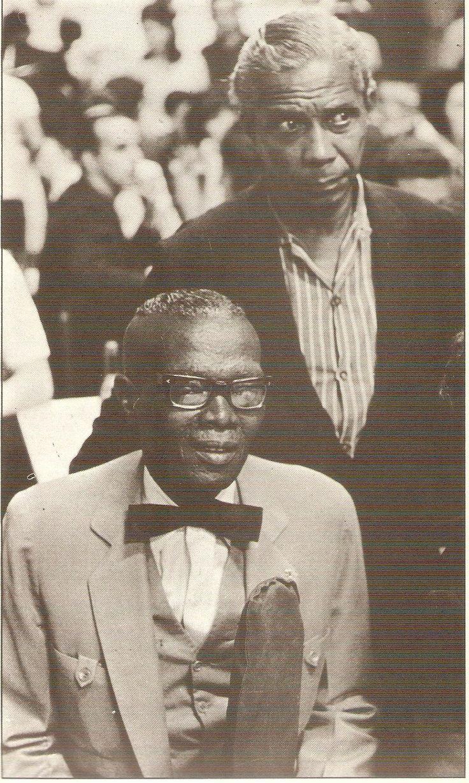Nelson Cavaquinho (em pé) e Heitor dos Prazeres (sentado).