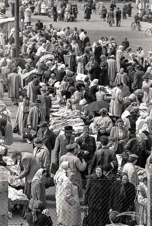 """Warszawa w latach 60. Ciuchy"""" na Pradze w rejonie Dworca Wschodniego."""