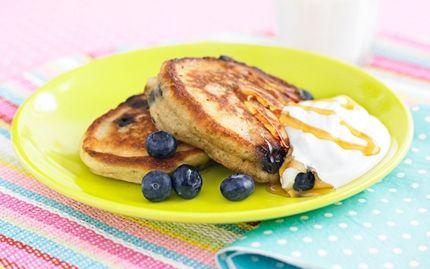 Amerikanska pannkakor med frukt och bär