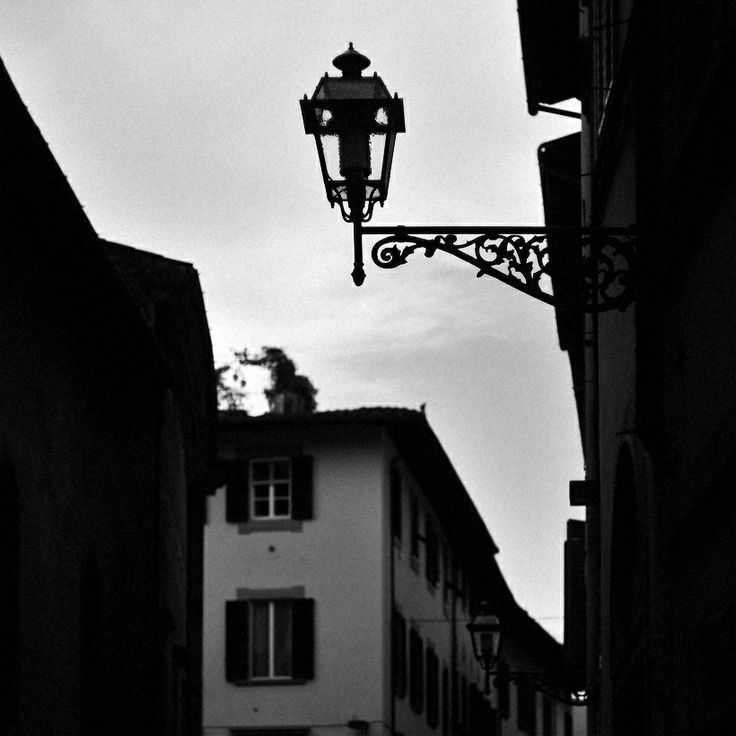 #helios #lamp #details #outdoors #Florence #life #moments #mamba #city #center #square #bw #building #place #photo by Olga Tkachenko
