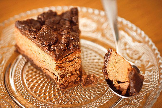 Chocolate Cookie Dough Fudge Cake (no bake) | Kung Markatta - kungen av ekologiskt. Chocolate Cookie Dough Fudge Cake (no bake)  Choklad, kakdeg, lite mer choklad, nötter... den här fudge-liknande kakan går snabbt att svänga ihop, ger minimal disk då du med lätthet kan köra både botten och fyllning i samma mixer, samt är hälsosam. Liksom win-win-WIN!