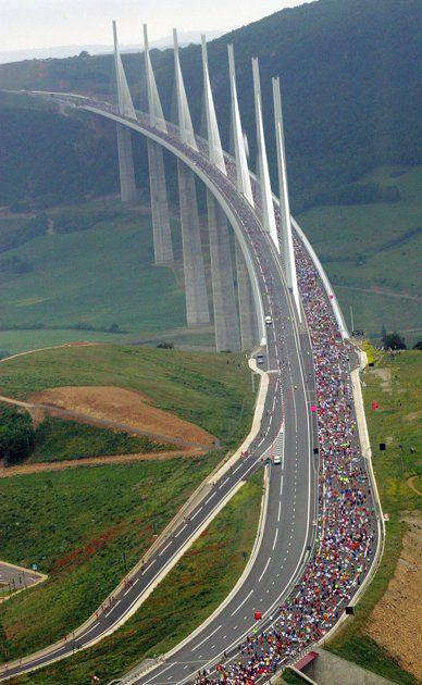 O viaduto Millau é a ponte mais alta do mundo. Em quase 1.000 metros de altura (e mais de 8.000 metros de comprimento, às vezes, fica acima da linha das nuvens, como mostrado nas fotografias bonitas acima). A maravilha de engenharia da ponte em si é quase tão impressionante como a visão do vale abaixo.