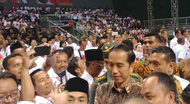 Berita Islam ! Jokowi Minta Projo Mulai Kampanye untuk Pilpres 2019... Bantu Share ! http://ift.tt/2eAb7O0 Jokowi Minta Projo Mulai Kampanye untuk Pilpres 2019  Presiden Joko Widodo meminta para relawannya untuk kampanye menjelang pemilihan presiden 2019 mendatang. Hal ini disampaikan Jokowi saat memberikan pidato pengarahan terhadap para relawan Pro Jokowi (Projo) di Sport Mall Kelapa Gading Jakarta Senin (4/9/2018). Jokowi mengatakan menjelang tahun politik ia sudah meminta para menterinya…