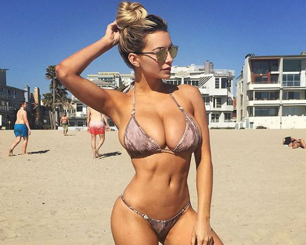 Lindsey Pelas is looking mighty fine as she takes a trip to Hawaii.
