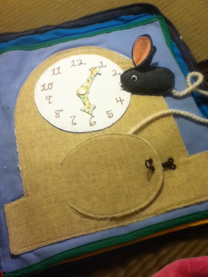 Quiet book: Hickery Dickery Dock: mouse in the clock / learn to tell time. With a hook fastening