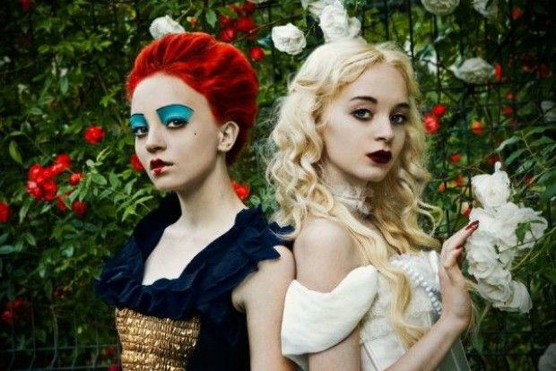 Queen of Hearts and the White Queen Alice in Wonderland idea halloween cosplay Clever Halloween Costumes, Fete Halloween, Halloween Cosplay, Queen Halloween Costumes, Halloween Dinner, Creative Costumes, Halloween 2014, Disney Halloween, White Queen Costume
