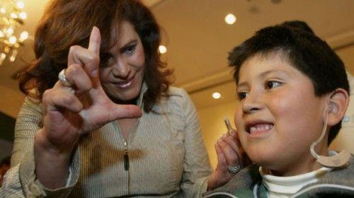 Investigadores de la UAEM diseñan sistema de lenguaje de señas; beneficiará a personas con debilidad auditiva
