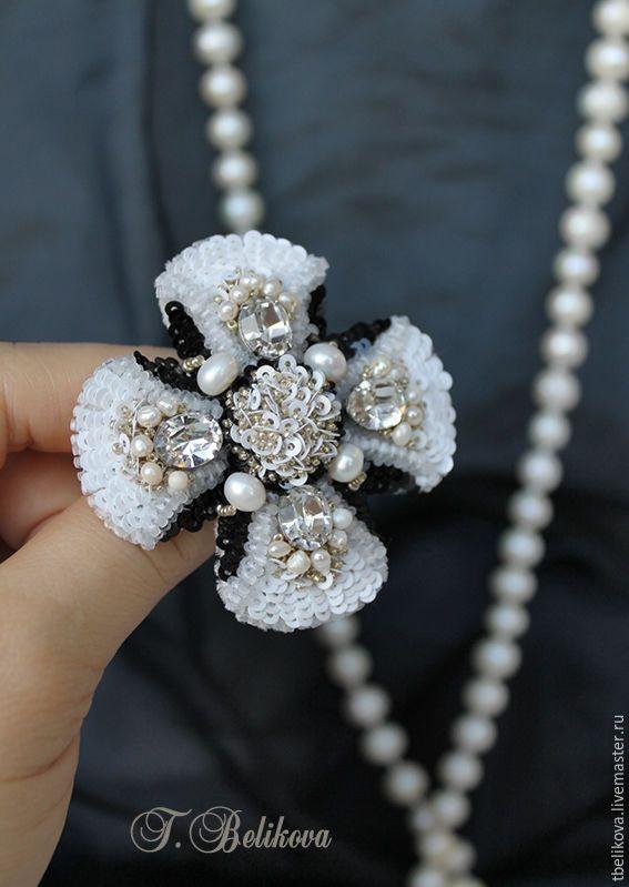 Купить или заказать Брошь B2016-8. в интернет-магазине на Ярмарке Мастеров. Брошь, вышитая бисером, пайетками, жемчугом и кристаллами Сваровски. Черно-белая классика в форме орденочка. Размер 6 x 6 см.
