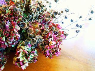 Composizione di fiori autunnali - ortensie e cencio molle