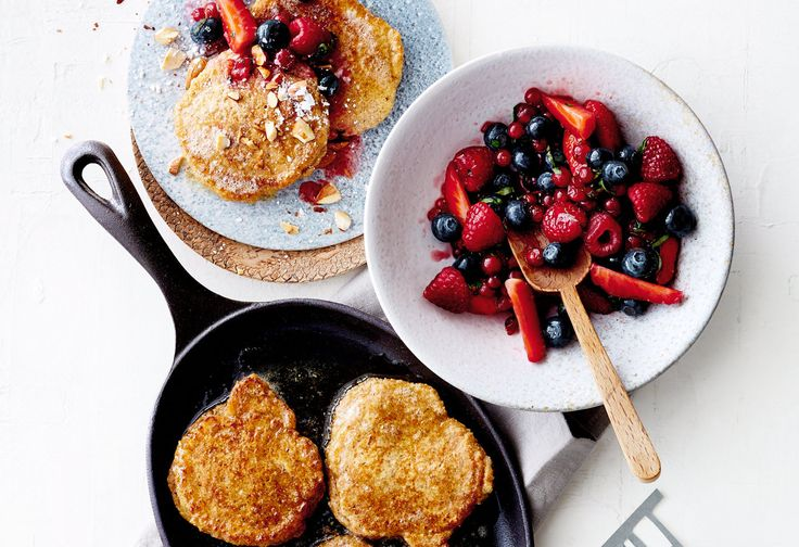 Amaranth-Pancakes mit Beeren und Mandeln