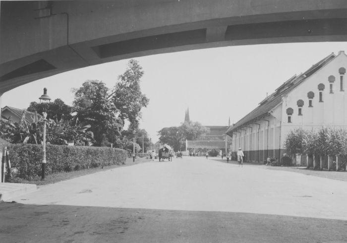 Straatgezicht met viaduct bij de Stadstuin te Soerabaja (viaduct & ujung utara jl. Bubutan) 1932 -(Collectie Tropenmuseum)