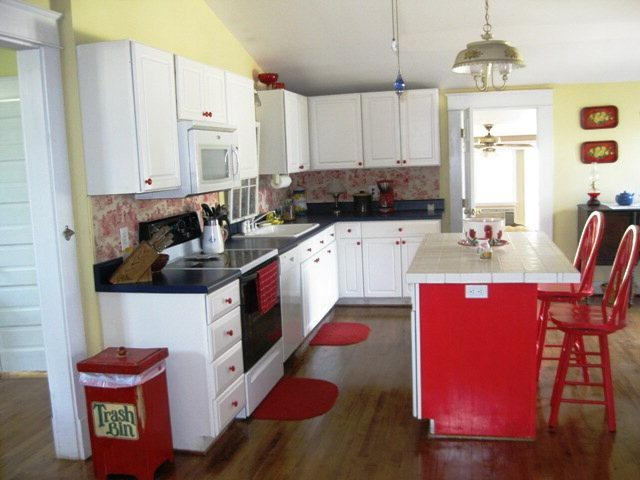 This kitchen would be perfect as a Coca-Cola kitchen. I love it!