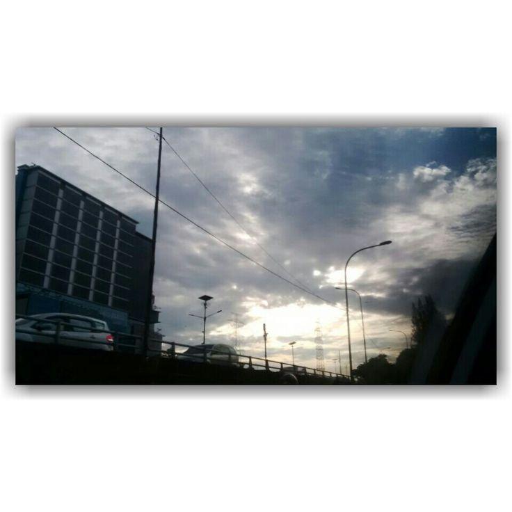 Matahari pagi dibalik awan.., di atas langit Cawang.. #kamis24maret2016