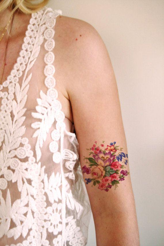 Jadore les tatouages floraux inspirés vintage ! Ce tatouage temporaire est fait avec une image vintage dun arrangement floral assez.
