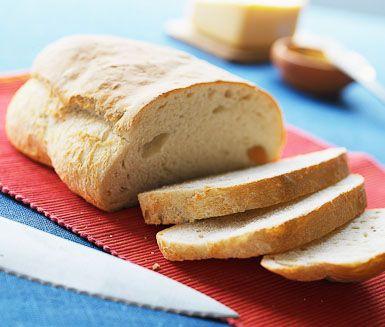 Med detta standardrecept kan du enkelt baka ditt egna lantbröd. Jättegott att bara äta som det är, servera till soppa eller göra varma mackor av. Byt gärna ut lite av vetemjölet till ett grövre mjöl om du så önskar.